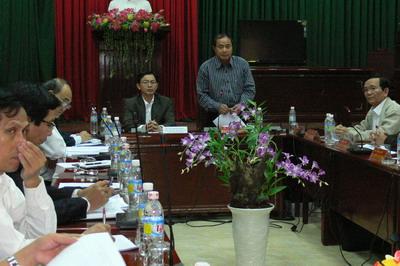 Ông Phan Cao Thắng, Bí thư Thành ủy Quy Nhơn (người đứng) tại buổi làm việc với Phó Chủ tịch Thường trực UBND tỉnh Hồ Quốc Dũng
