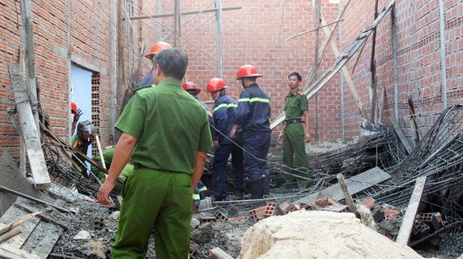 Hiện trường vụ sập giàn giáo làm 1 người chết, 7 người bị thương - Ảnh: N.TRẦN