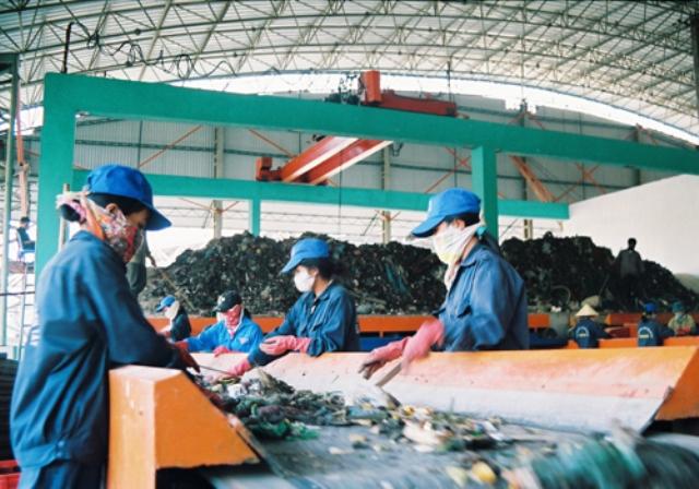 Dây chuyền xử lý chất thải rắn tại Nhà máy Xử lý chất thải Sơn Tây (Hà Nội). Ảnh: Phương Dung