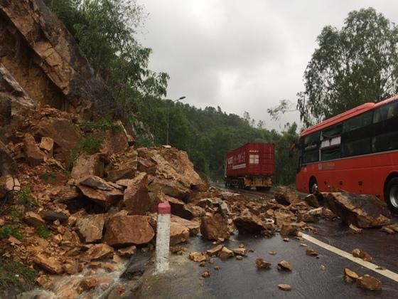 Mưa lớn khiến đất đá trên Quốc lộ 1D đổ tràn xuống mặt đường, khiến giao thông đi lại khó khăn